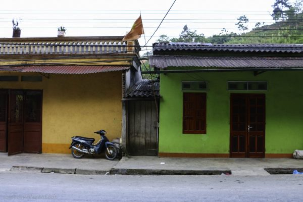 Most buildings in Tinh Tuc had bright colours