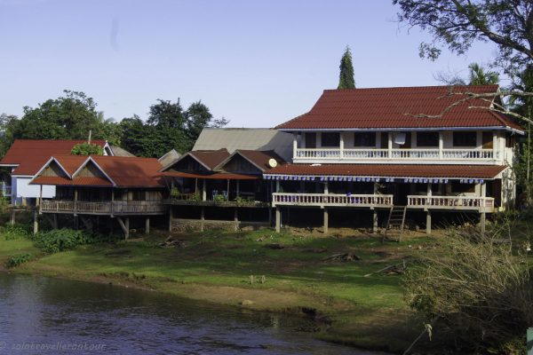 Tee Sipaserth Guetshouse - the mian buildingon the left, and the two large bungalow rooms on the left
