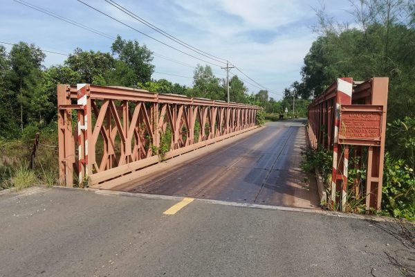 One of the many loud steel bridges in the area